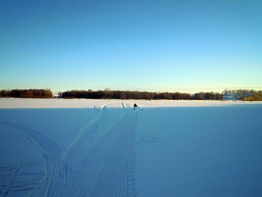 Сломался торсион - двоих снегоход уже явно не вывезет.